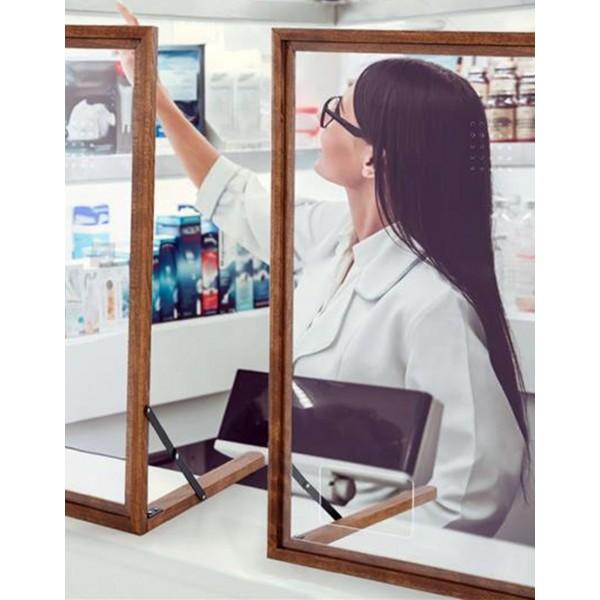 Pose d'un hygiaphone finition bois sur le comptoir d'une pharmacie