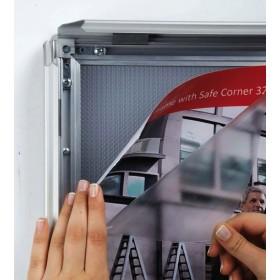 Protection des affiches à l'aide d'une feuille plastique PET