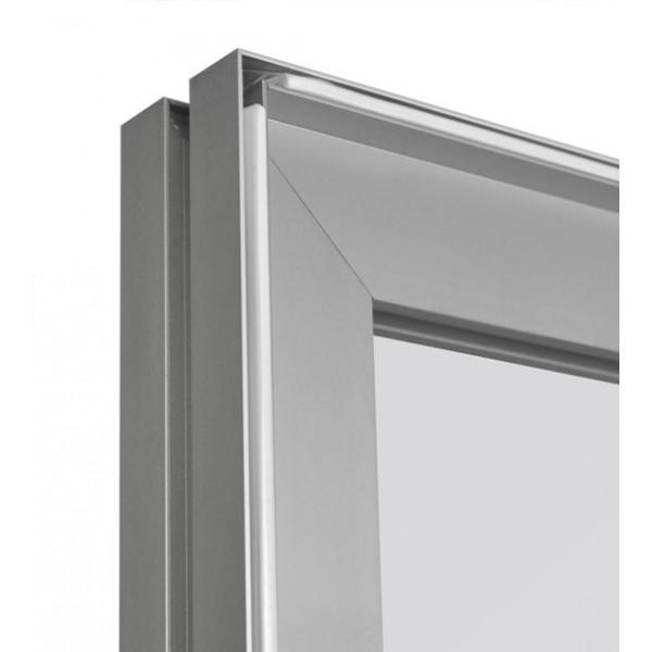Schutzwand besteht aus einem Aluminiumgestell