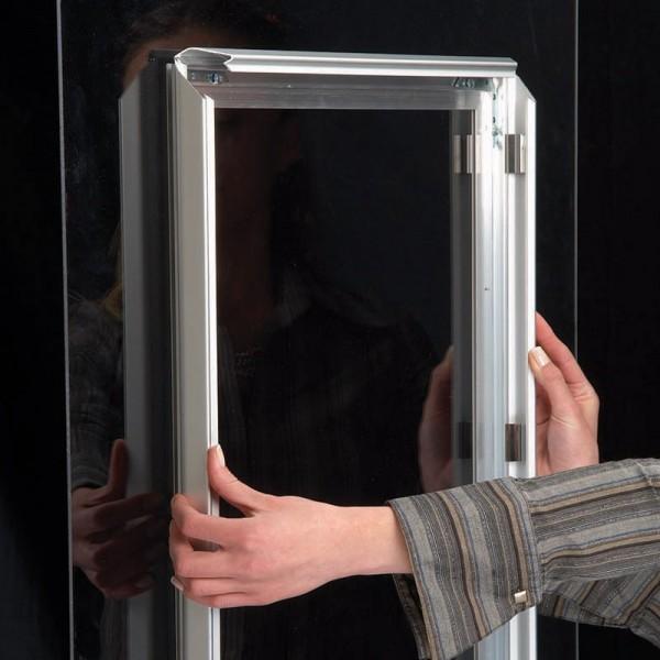 Fixation du cadre clic-clac sur une vitrine