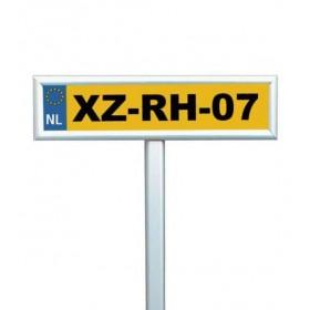 Parkplatzschild mit Kennzeichen